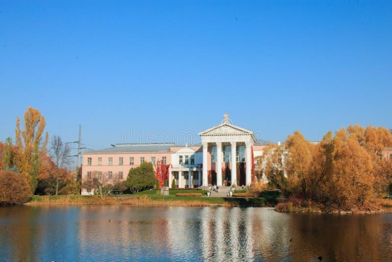 大厦是主要植物园 n 在 Tsitsina,秋天温暖的晴朗的天气,莫斯科,俄罗斯18 10 2018年 库存图片
