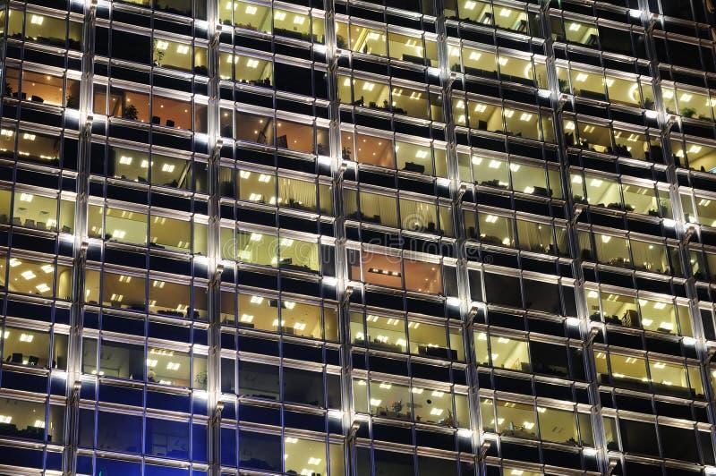 大厦晚上办公室视窗 免版税库存图片
