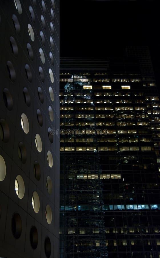 大厦晚上办公室 库存图片