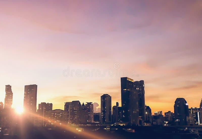 大厦有淡色天空背景,在日落前 免版税库存照片
