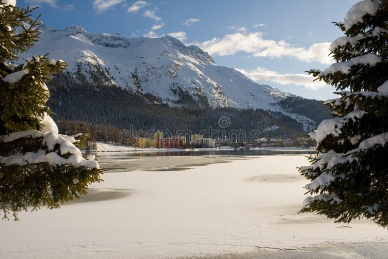 大厦横向现代多雪 免版税库存照片