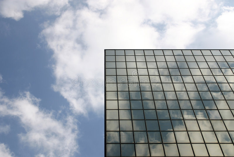大厦现代伸手可及的距离天空 免版税库存照片