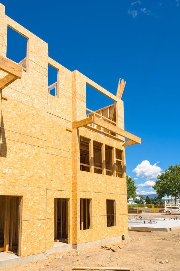 大厦的不高木框架在特定基地的 库存照片