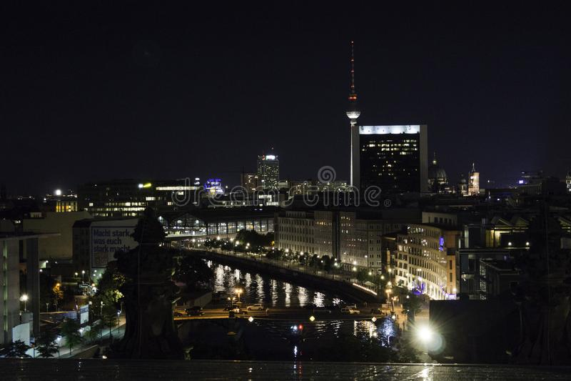 大厦的反射在狂欢河和在背景中电视塔在柏林 免版税库存图片