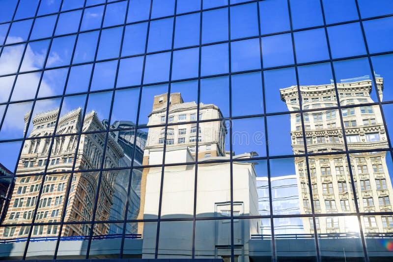 大厦的反射在财政街市区在匹兹堡,宾夕法尼亚,美国 免版税库存照片