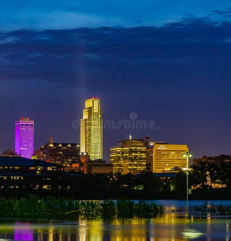 大厦的反射蓝色小时夜景2019年哈拉斯酒店赌博娱乐场停车场密苏里河洪水在康瑟尔布拉夫斯 免版税图库摄影