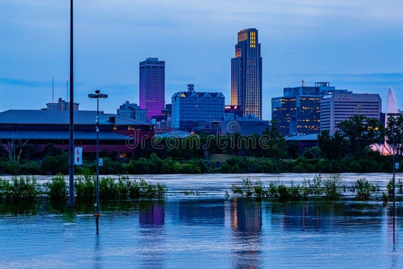 大厦的反射蓝色小时夜景2019年哈拉斯酒店赌博娱乐场停车场密苏里河洪水在康瑟尔布拉夫斯 免版税库存图片