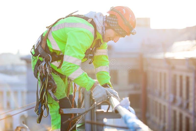 大厦的屋顶的工业登山人 免版税图库摄影