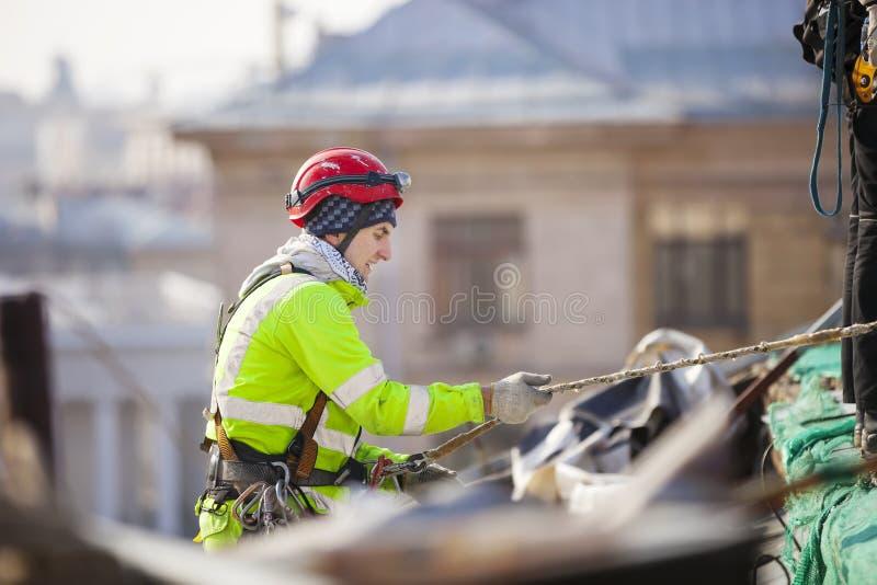 大厦的屋顶的工业登山人 免版税库存图片