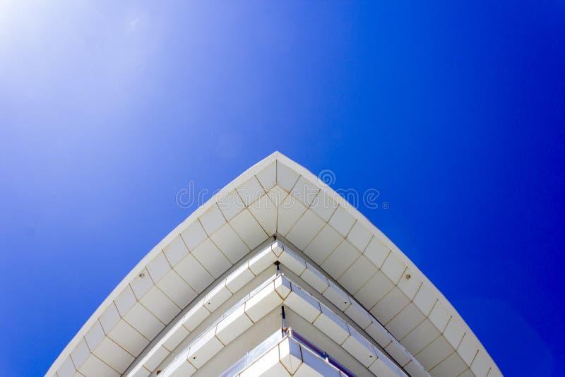 大厦的屋顶以弓和蓝天的形式 免版税库存照片