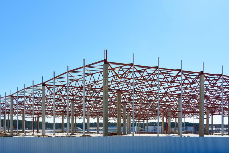 大厦的框架在大购物中心商店仓库后勤学的建筑时集中 库存照片