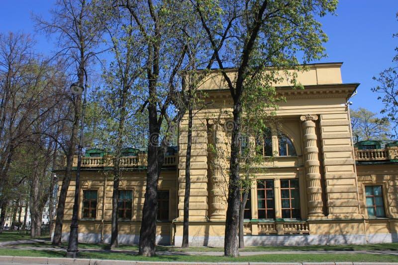 大厦的看法与专栏的 免版税库存照片