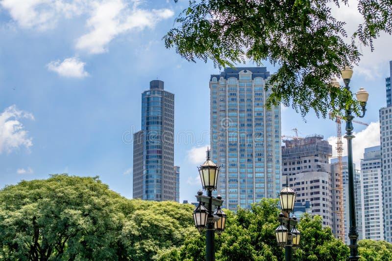 大厦的看法与树框架的  库存图片