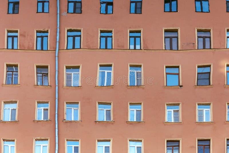 大厦的被变形的反射在水中 库存图片