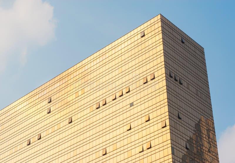 大厦的金玻璃墙 免版税图库摄影