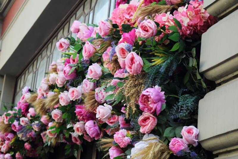 大厦的门面用花装饰 免版税图库摄影