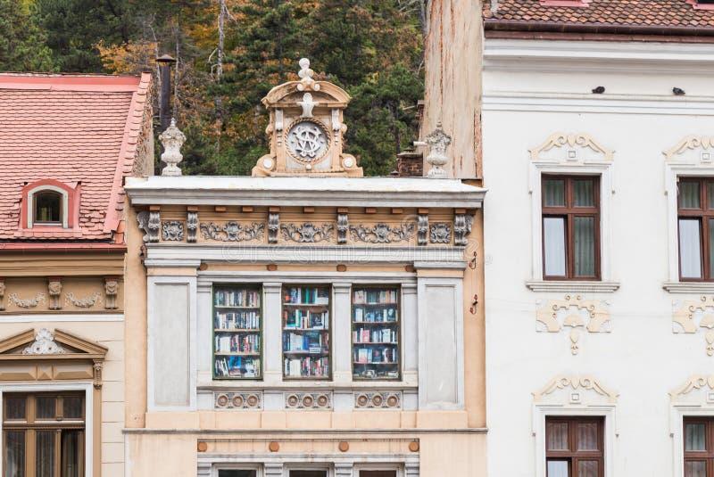 大厦的门面的片段在Gheorghe Bartitiu街道在老城布拉索夫在罗马尼亚 免版税库存照片