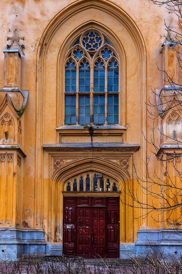 大厦皇家槽枥复合体的哥特式门  peterhof 免版税图库摄影