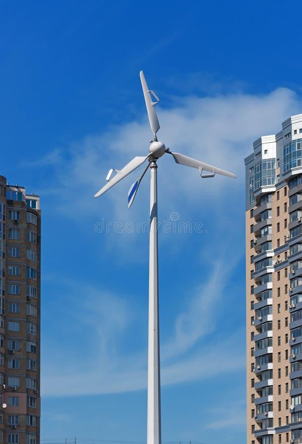 大厦能源生成器现代最近的风 库存图片
