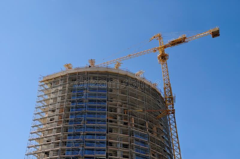 大厦起重机和大厦 免版税库存照片