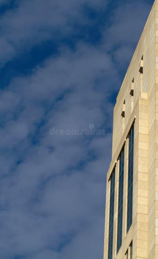 大厦边缘被留下的现代天空 库存照片