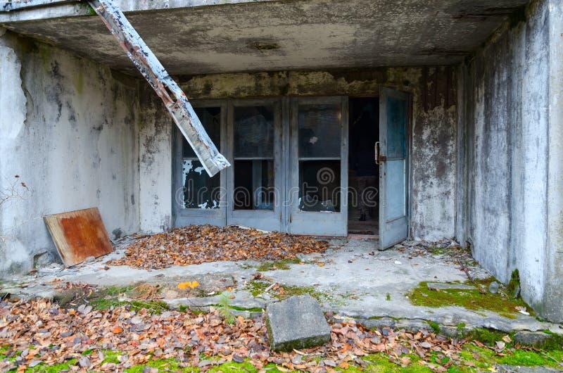 大厦门廊在Pripyat被放弃的鬼城在切尔诺贝利NPP疏远区域,乌克兰 图库摄影