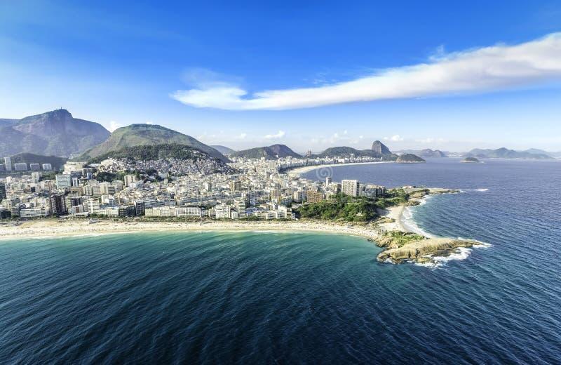 大厦鸟瞰图在科帕卡巴纳的和Ipanema在里约热内卢靠岸, 免版税库存图片