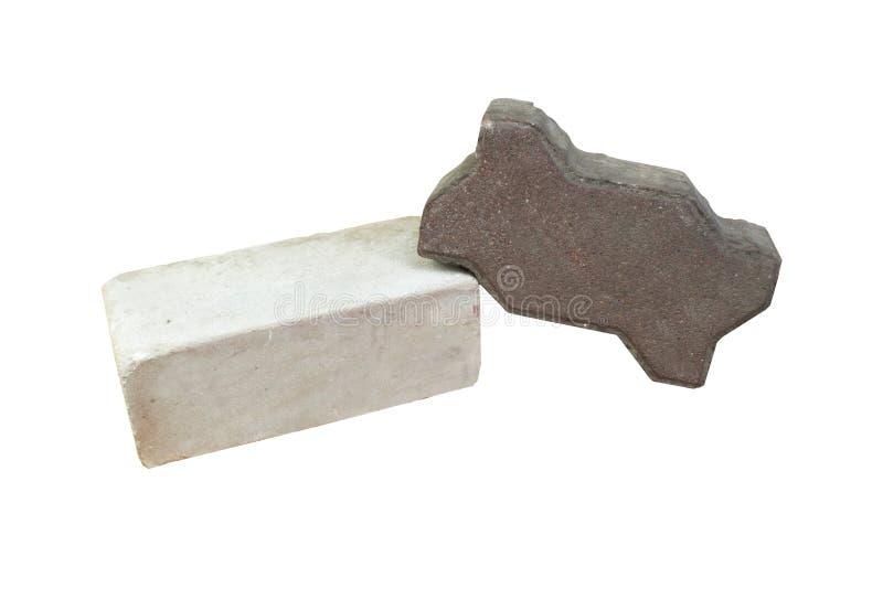 大厦,一块硅酸盐白色砖,一在白色背景混凝土隔绝的棕色铺路石 免版税库存照片