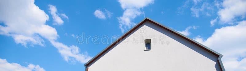 大厦,别墅,反对与白色云彩的一天空蔚蓝 免版税库存照片
