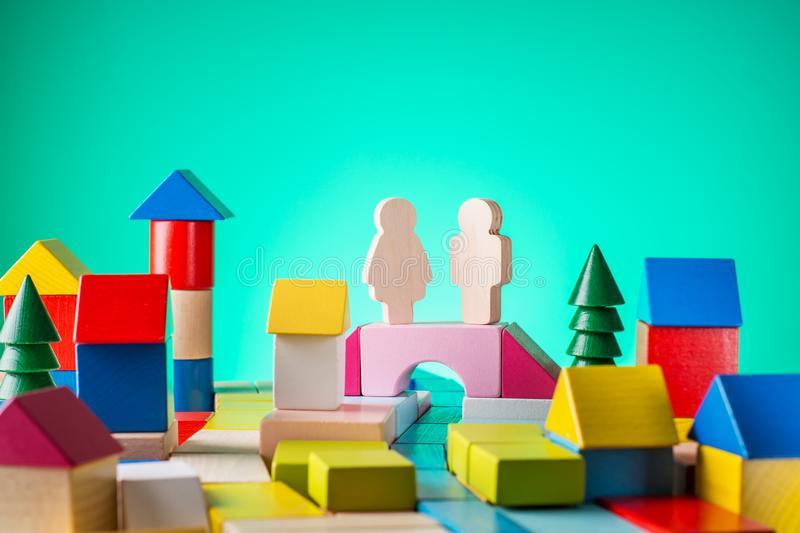 大厦,建筑概念 房地产,修建从的一个房子木立方体,在书桌上 成功的概念 事务 免版税库存照片