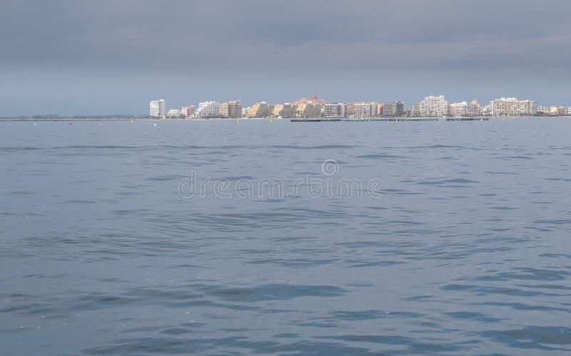 大厦,风平浪静,在玫瑰的天空蔚蓝,加泰罗尼亚,西班牙 免版税库存照片