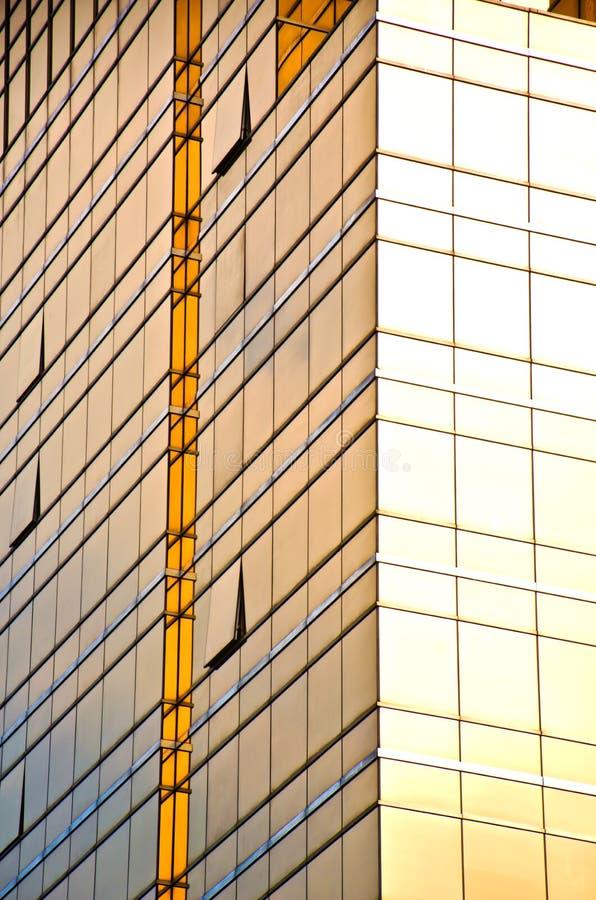 大厦玻璃金黄办公室墙壁 免版税库存图片