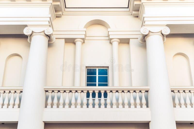 大厦细节与阳台和窗口的。 库存照片