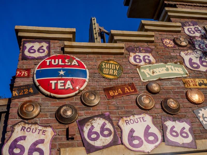 大厦细节沿路线66的在汽车在迪斯尼加利福尼亚冒险公园登陆 图库摄影