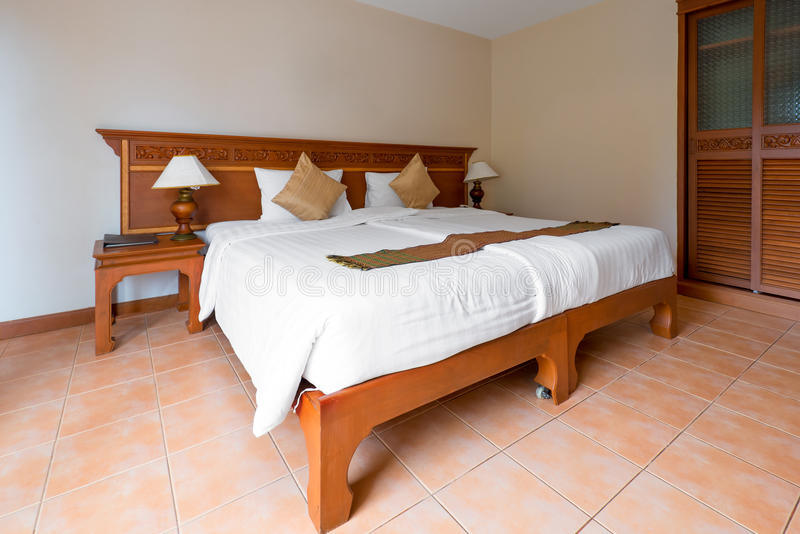 大双人床在旅馆客房 免版税库存图片