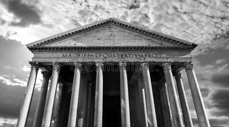 大反差黑白古老罗马万神殿在罗马,意大利 库存照片