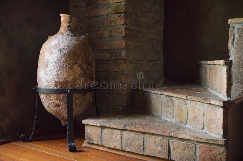 大古老罗马油罐、水罐和老楼梯,室内室内装饰 库存图片
