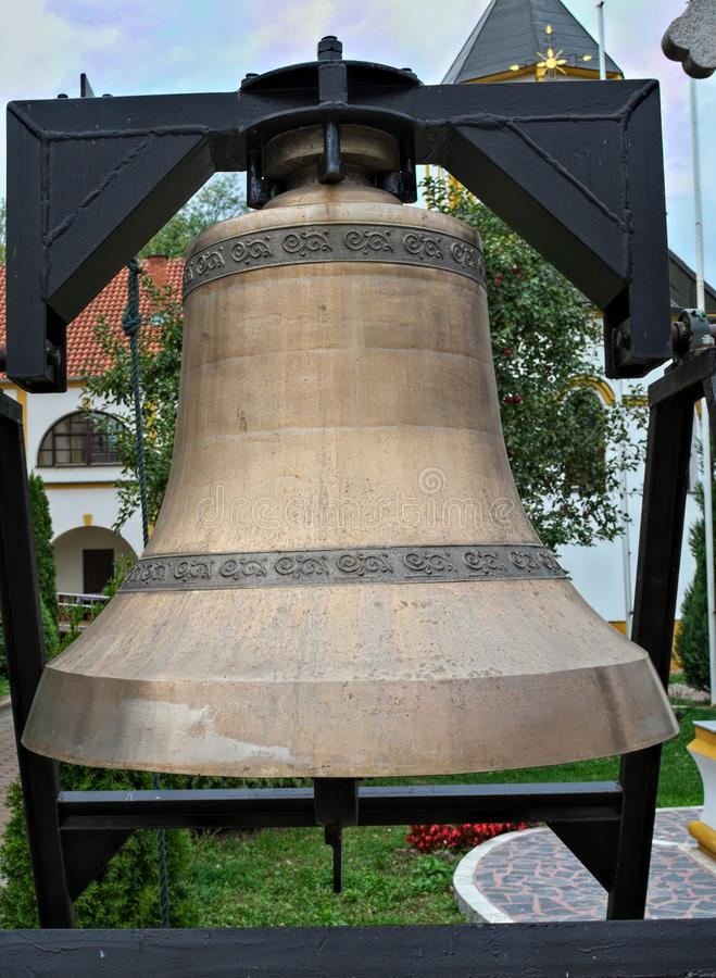 大古铜色响铃在修道院里在塞尔维亚 免版税库存照片