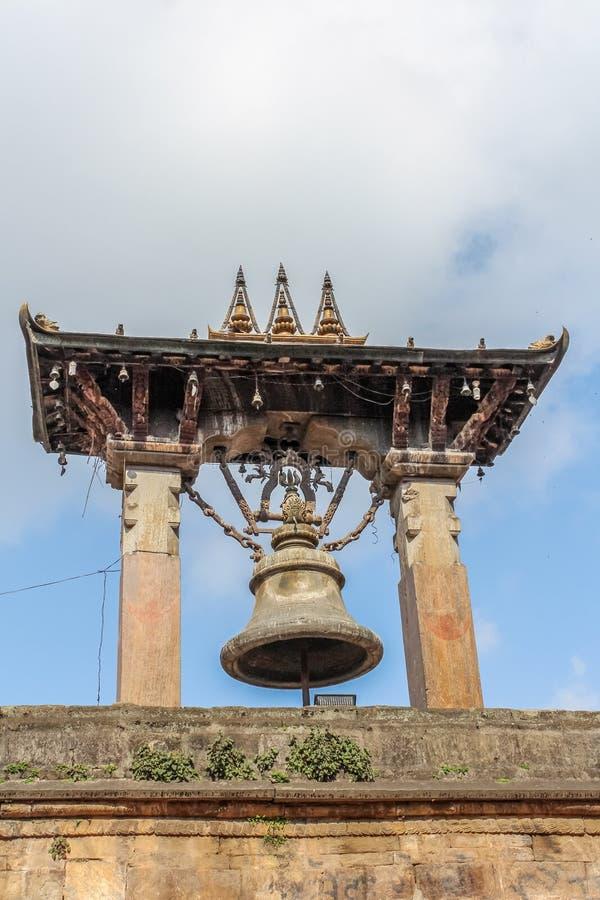 大古铜色响铃在Durbar广场在Bhaktapur,尼泊尔 免版税库存图片