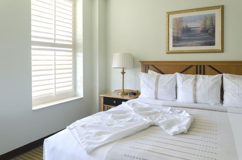 大号床在旅馆客房 免版税库存图片