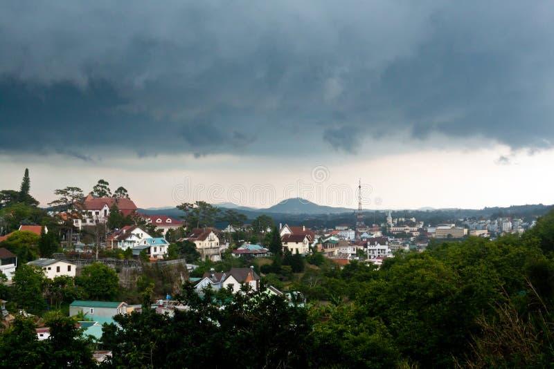 大叻市全景多雨天气的 免版税库存照片