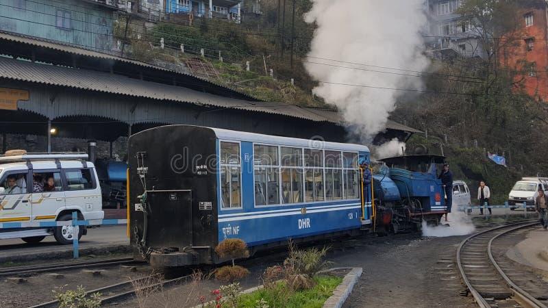 大吉岭兜风窄片铁路轨道乘从darjeeling的驻地的玩具火车 免版税库存图片