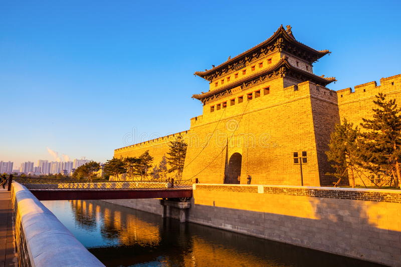 大同重建的城市墙壁和门塔。 免版税图库摄影