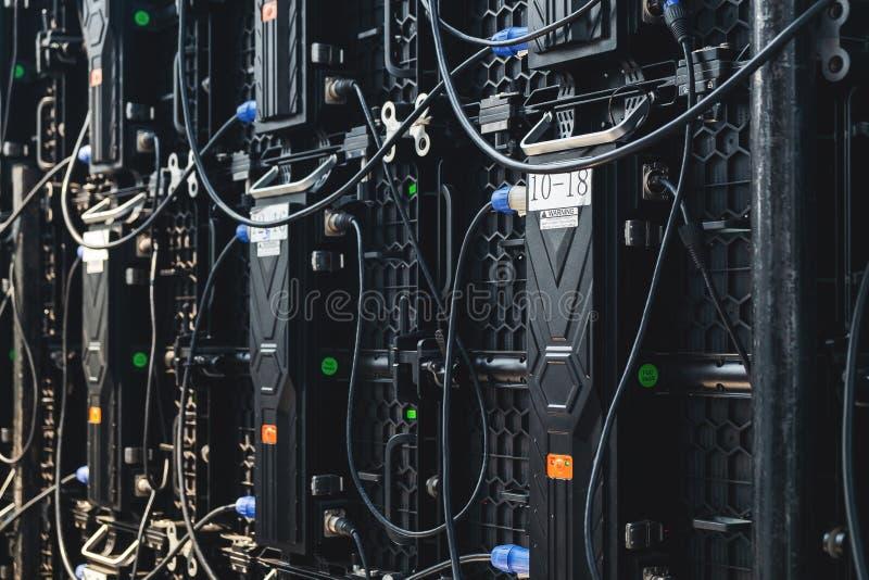 大后方LED显示屏幕盘区连接器,在室外音乐会的现代电子屏幕显示器 免版税库存图片