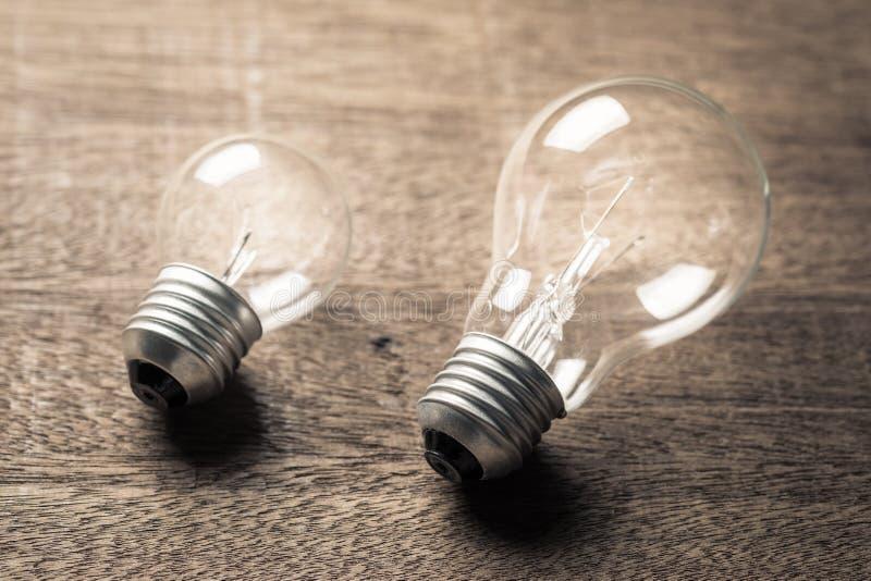 大和小电灯泡 免版税库存照片