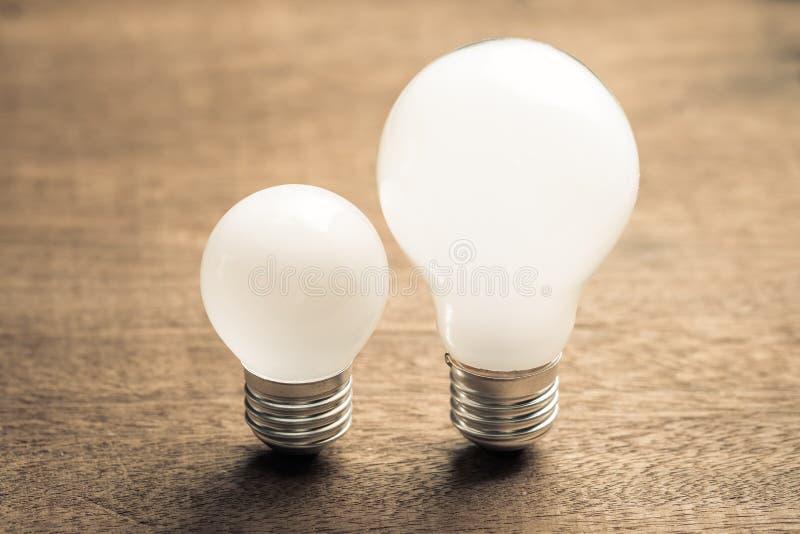 大和小电灯泡 免版税图库摄影