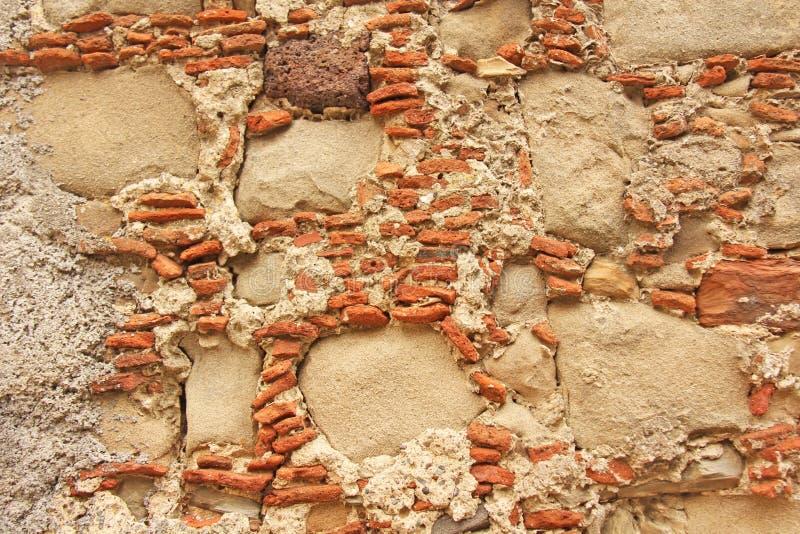 大和小石头老墙壁  赤土陶器和米黄石头 T 免版税库存图片