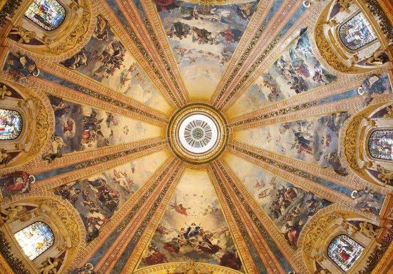 从大圆屋顶的马德里- Fesco在弗朗西斯科设计的大教堂de旧金山el重创Cabezas。 图库摄影