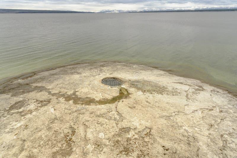 大在湖yellostone的锥体geolthermal水池在西部拇指在黄石国家公园 免版税库存照片