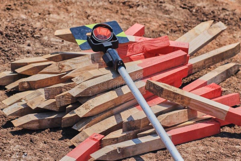 大地测量学的棱镜和勘测钉 库存照片